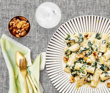 En riktig krämig ostsås med både pikant gorgonzola och len mascarpone är en dröm för smaklökarna. Den i Italien så uppskattade svartkålen utgör stommen i pastasåsen som är snabbt tillagad. En smakrik grön pastarätt som toppas med knapriga valnötter.