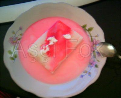 Su Muhallebisi Malzeme : (8 Kişilik muhallebi için.) 7 Bardak su 5 Yemek kaşığı nişasta (buğday) 2 Yemek kaşığı pirinç unu 2 Yemek kaşığı toz şeker 1 Litre süt 1 Fincan kadar gül suyu 16 Yemek kaşığı pudra şekeri Yarım fincan, hazırlanmış lohusa şerbeti (kırmızı)