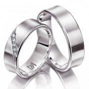 Ga je #trouwen? Zoek je #trouwringen voor je #bruiloft? Wellicht zijn deze witgouden Meister trouwringen iets voor jou. De dames ring is bezet met vijf prachtig fonkelende diamanten. Meister trouwringen 112.8826.01  www.trouwringspecialisten.nl