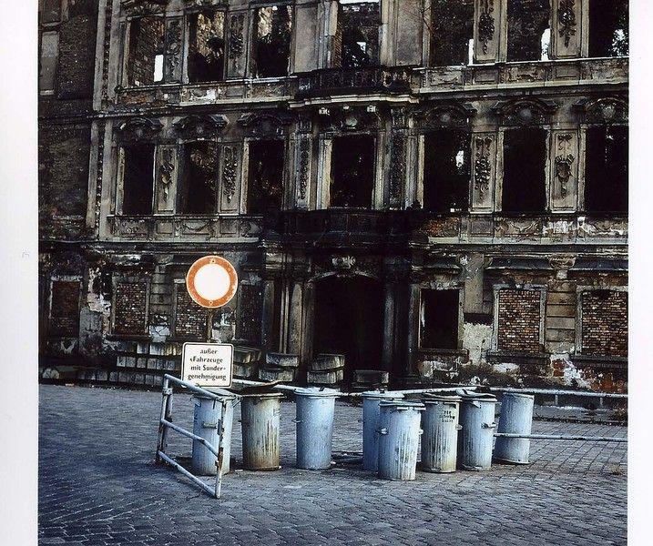 Foto von 1982. Vor der Ruine des Dresdener Stadtschlosses stehen Mülltonnen   Foto: Uwe Gerig