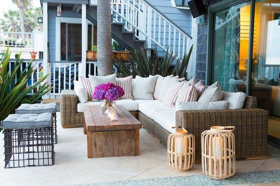 CHIC COASTAL LIVING: Malibu Beach House. I love those wire crates with cushions.