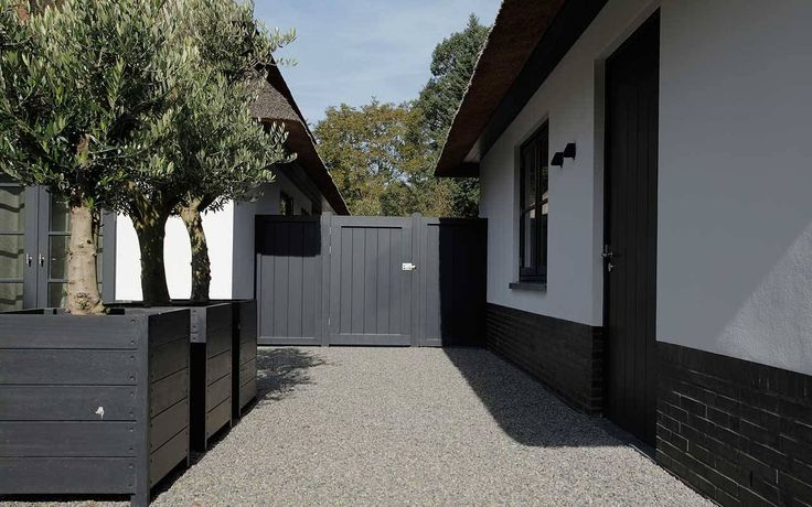 tuinontwerp met off black farrow and ball van Martin Veltkamp