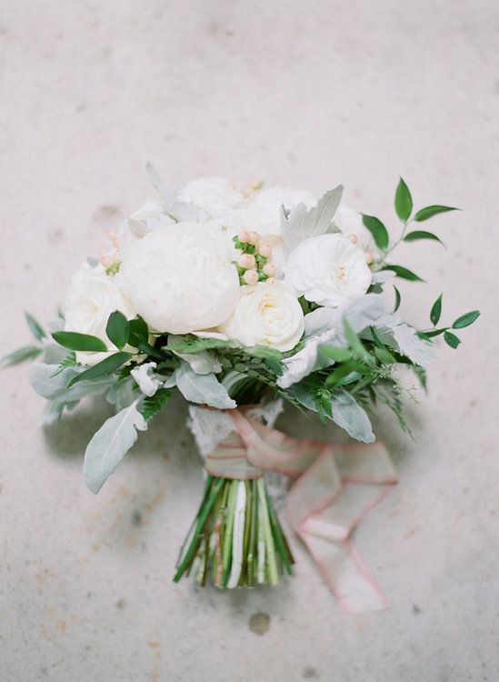 The most beautiful bridal bouquets with white flowers – An elegant accessory for the wedding
