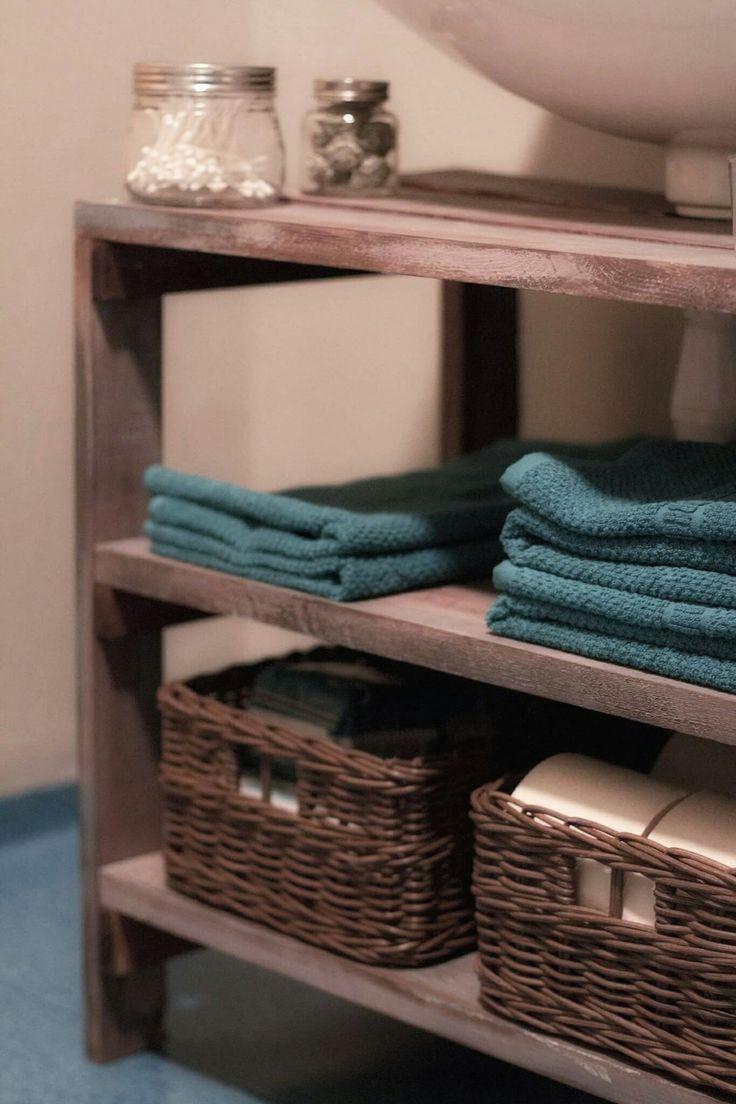 Renoverat toaletten i rustik stil. Bets, färg och fantasi. Hyllplan med dolda konsoler, byggt att tvättställsskåp, badrumsskåp. Inredningsdetaljer som glasburkar, ljus, rosor.