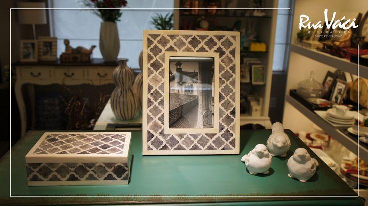 Porta retrato e caixa com mosaico de osso e passarinhos de cerâmica