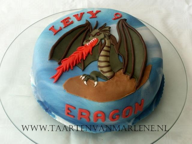 Eragon taart:  Rond 20 cm.  Chocolade biscuit.  Vulling van boter crème met ananas smaak en stukjes ananas.