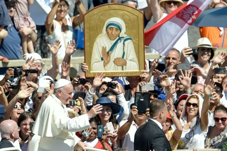 El papa Francisco saluda a los feligreses durante el acto de canonización de la…