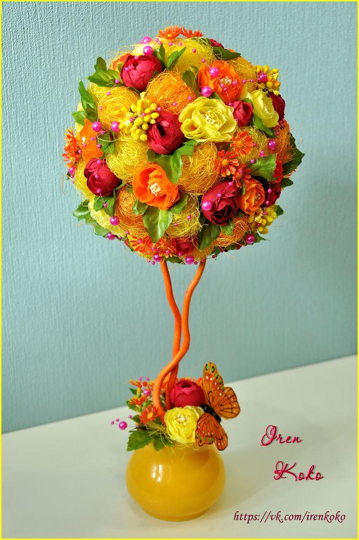 Высота 43 см, диаметр кроны 18 см. В работе использованы: керамическое кашпо, сизаль, текстильные цветы, листья, сахарные бутоньерки, корилус, бусы, бабочка.