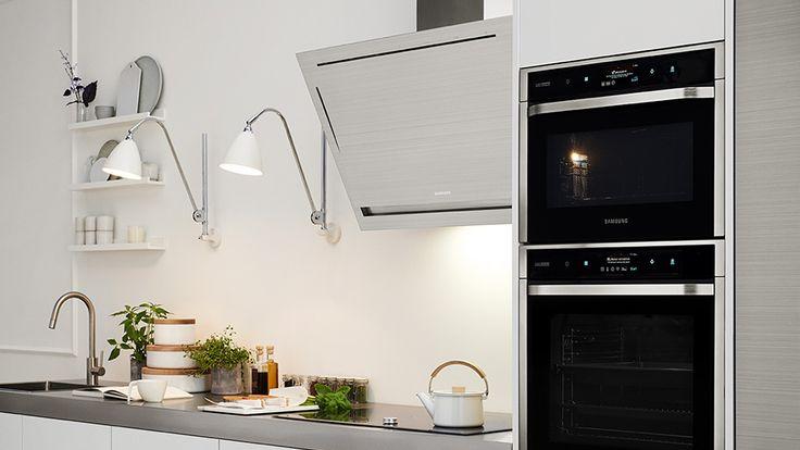 Four et hotte Samsung dans une cusine moderne au mur blanc