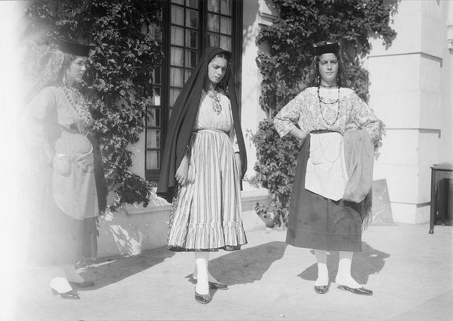 Exibição de trajes regionais portugueses -- via Flickr