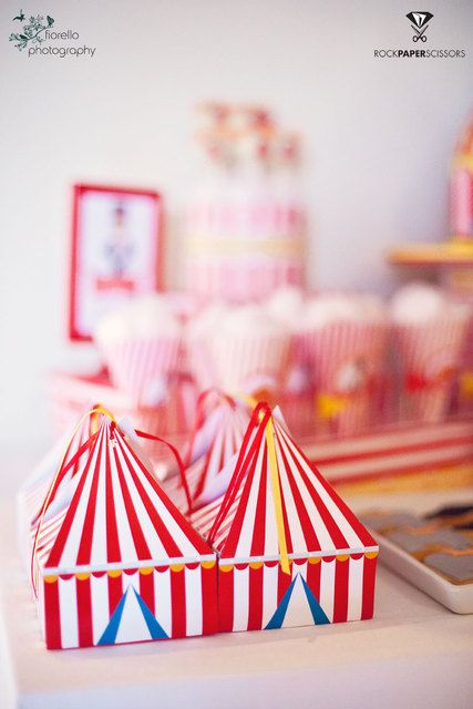 Favor boxes at a  Circus Party #circus #partyfavors