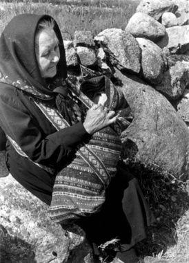 Digitalt Museum - Gurine Engedal bærer barn i linde til dåp, Fjotland, Kvinesdal 1941.