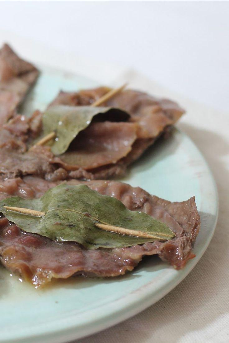 Semplici e veloci i saltimbocca alla romana è un secondo piatto italiano della cucina romana, preparato con fettine di vitello, prosciutto crudo e salvia; passate al burro rendendola gustosa.