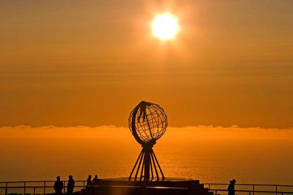Verano bajo el sol de medianoche en la costa noruega.