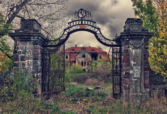 リアルアダムスファミリーのようなポーランドの廃屋
