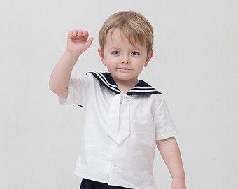 Dare al vostro bambino bella abbigliamento. In segno di gratitudine egli vi darà un sorriso.  Vestito da marinaio lino include SET di 2: -Camicia -Pantaloni  A righe collo fatto del nastro di cotone bianco. Pantaloni viene in elastico in vita regolabile con bottoni. È possibile ordinare un breve o camicia manica lunga, se non specificato sarà effettuato breve manica come si vede nella foto. È possibile ordinare la dimensione appropriata per il tuo bambino. Consultare la tabella taglie…