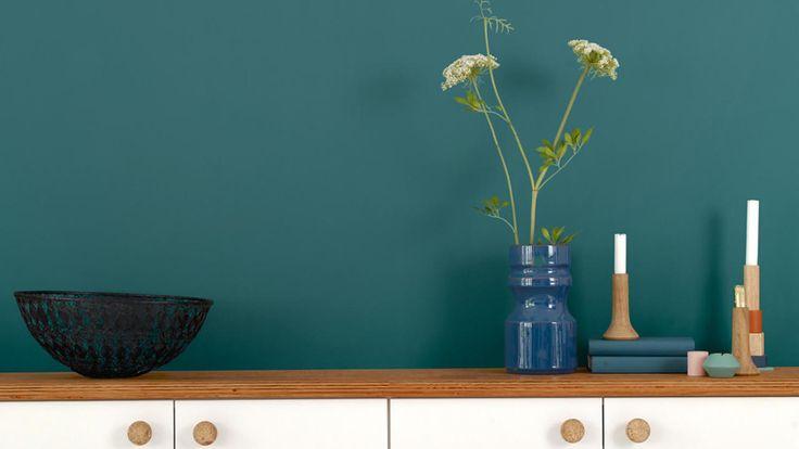 ¿La cocina es blanca? Para una renovación sencilla, ¿por qué no dotar a la pared de un atributo dramático con un majestuoso verde azulado?