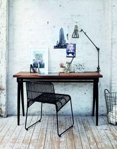 Skrivbord/sideboard från House Doctor. Tillverkat av återvunna träslag som teak, mango och furu, med stomme i svart solid järn.   MÅTT: längd 130 cm, djup 50 cm, höjd 75 cm
