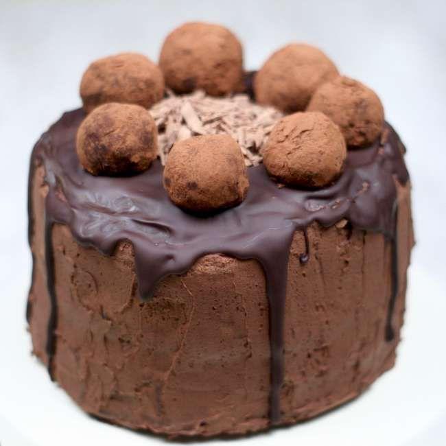 Tort czekoladowy z kremem czekoladowym i pralinami