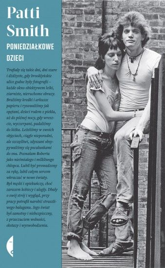Było to lato, gdy umarł Coltrane, lato miłości i zamieszek, lato, gdy przypadkowe spotkanie na Brooklynie pchnęło dwoje młodych ludzi na drogę twórczości artystycznej, poświęcenia i inicjacji. Patti Smith została poetką i wykonawczynią, a Robert Mapplethorpe rozwijał swój bardzo prowokacyjny styl w