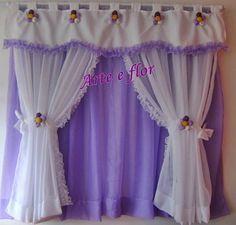 cortina em tecido voal,com aplicação de florzinhas em fuxicos e babadinhos  pode ser feita em outras cores e tamanhos