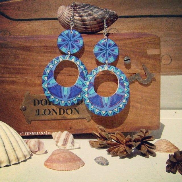Moonflower | Flower of Life painted by hand in blue shades under the fullmoon #unique #jewellery #artofjewellery #style #moon #fullmoon #flower #mandala #earrings #creative #blue #sacredgeometry #accessories #handmade #handpainted #artisan #art #artistic #artesana #artesanal #joyasunicas #hechoamano #pintadoamano #spring #primavera