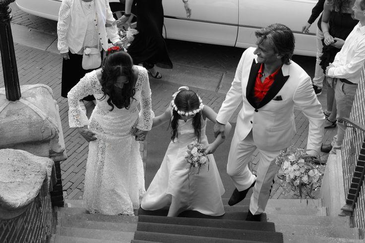 Mooi zo'n zwart wit foto met van die rode accenten! Zo sierlijk hoe onze #bruid Sylvia haar #trouwjurk omhoog houdt op de trap #weirdcloset