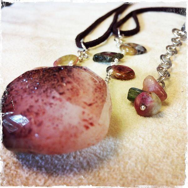 Collana con ciondolo in quarzo fragola, tormalina anguria, cordino in alcantara marrone, catena e chiusura in argento