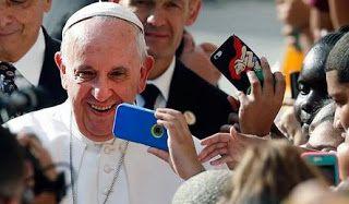 Ο Πάπας Φραγκίσκος ετοιμάζει άλμπουμ με μουσική ποπ-ροκ