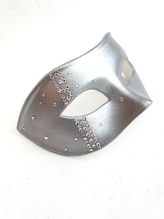 Única máscara de diseñador para los hombres en una base veneciana con genuino Swarovski Crystals en el lado. Bling jewelled máscara en plata, negro, oro o azul oscuro. Baile de máscaras la máscara, máscara de baile, fiesta y eventos.  Esta mascarilla ha sido diseñada por nosotros. La base es una buena calidad hace que la máscara veneciana mano de pintura (colores oro y plata son pintados en una pintura de hoja real líquido) luego decorar con auténticos cristales de alta calidad de Swarovski…