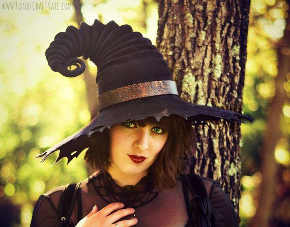 Besoin d'une sorcière ou magicien chapeau pour Halloween 2017 l'année prochaine? Ou tout simplement pour votre prochaine aventure geek? Ensuite faire des folies sur l'accessoire qui donnera à votre prochaine Renaissance Faire ou les grandeurs natures costume un bonus de + 10 à immersiveness! Peut-être aller tous azimuts cette année et le porter à une convention de cosplay/fantaisie. Ou simplement l'utiliser pour garder le soleil sur votre visage à Burning Man. cette année Que vous soyez…