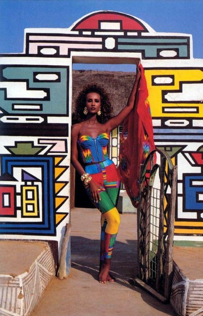 mode année 80 Iman mannequin en combinaison aux couleurs délirantes vives