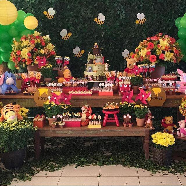Uma graça essa decoração do ursinho Pooh, toda florida, adorei! Por @nathaliaventrilho #kikidsparty