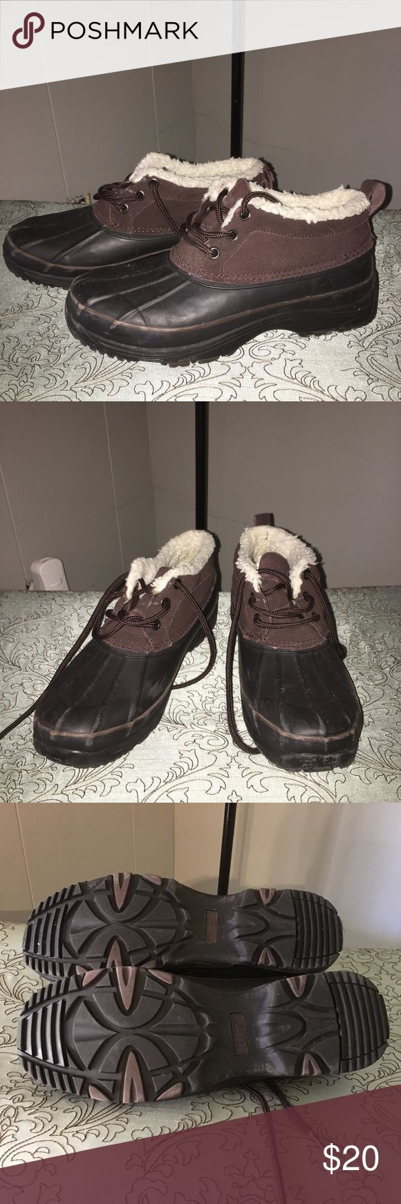 Bass women's duck shoe/ boot Women's size 9 Bass shoe brown suede with rubber soles .Faux fur lined. Please see pics back of one shoe has the suede fraying on the loop. Rubber has some minor scuffing Bass Shoes