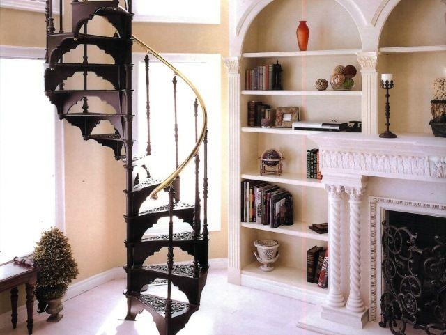 un escalier colimaçon avec des marches métalliques à l'ancienne