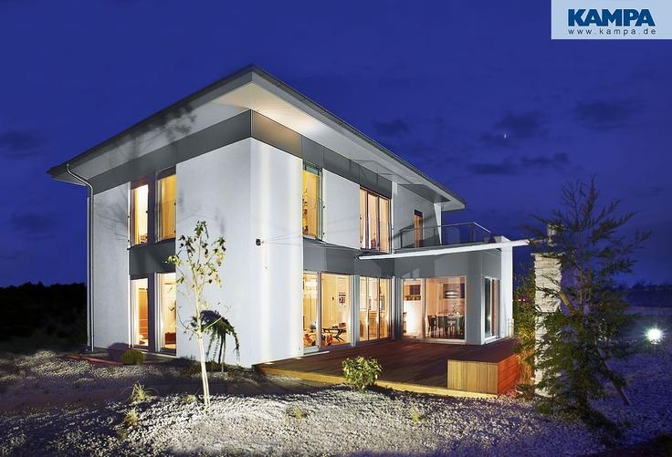 Das #Haus Linz.      Schlichte Eleganz, klare Linien, weltläufiges Design. Symmetrisch angeordnete, bodentiefe Fenster und Fensterbänder gewähren einzigartige Ein- und Ausblicke. Beeinflussen das Wechselspiel von Licht und Schatten, schaffen Atmosphäre. Der Anbau mit helldunkel kontrastierender Farbgestaltung setzt einen besonderen Akzent. So auch das extrem flache Walmdach. Unterstrichen noch durch die wirkungsvoll dezente Gestaltung der Fassade wird Haus Linz zu dem, was es ist…