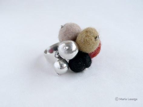 Marquesa Catalina de Dou  Anillo de plata con lana natural teñida y afieltrada. #joyas #jewelery #fashion #moda  #handmade #wool #hechoamano #plata #silver #sterlingsilver #ring