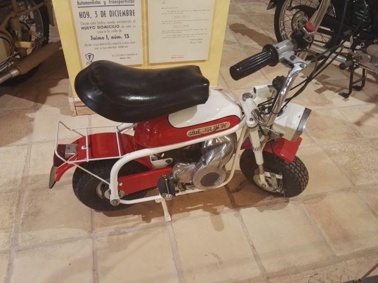 Museo Sala Team - Moto plegable Mini Marcelino, fabricada en Dismave en Valencia, bajo licencia de la italiana DMT. Se vendía con una bolsa para transportarla, ya que pesaba sólo 20Kg. El arranque del motor era por cuerda.
