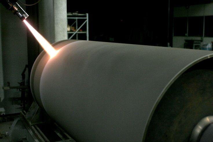 Aspersão térmica HVOF realizada em cilindro de indústria siderúrgica.