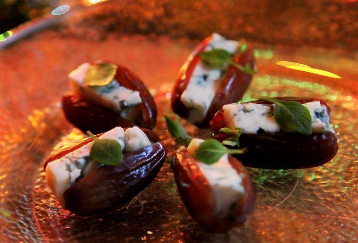 Финики, фаршированные голубым сыром рецепт с фото