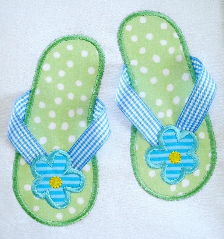 Zapatillas con cartón Gomaeva recubierta con fieltro l un retal de tela y decorada con un ornamento realizado por nosotros mismos