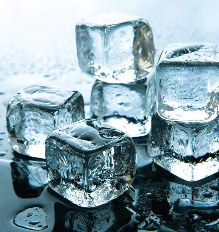 El motivo de que en los hielos &qout;domésticos&qout; aparezca un núcleo lleno de burbujas es debido a que es la última zona en congelarse y es ahí donde se concentran las moléculas de aire. También el cloro y la turbiedad del agua de grifo influyen para que no tengan el mejor aspecto ni sabor al derret…