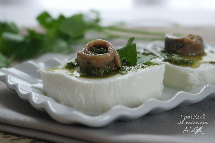 La Mozzarella al pesto aromatico di acciughe è un appetitoso ed elegante antipasto, insaporito da note fresche ed intriganti che sanno deliziare il palato