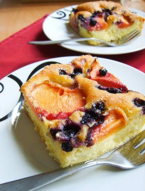 Najłatwiejsze ciasto świata. Jest lekkie, bardzo delikatne i wilgotne. Do tego soczyste, świeże owoce. Idealne na ciepłe, słoneczne dni....