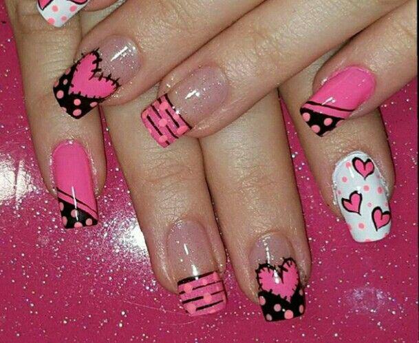 uñas rosa encendido, corazones, blanco, negro puntos