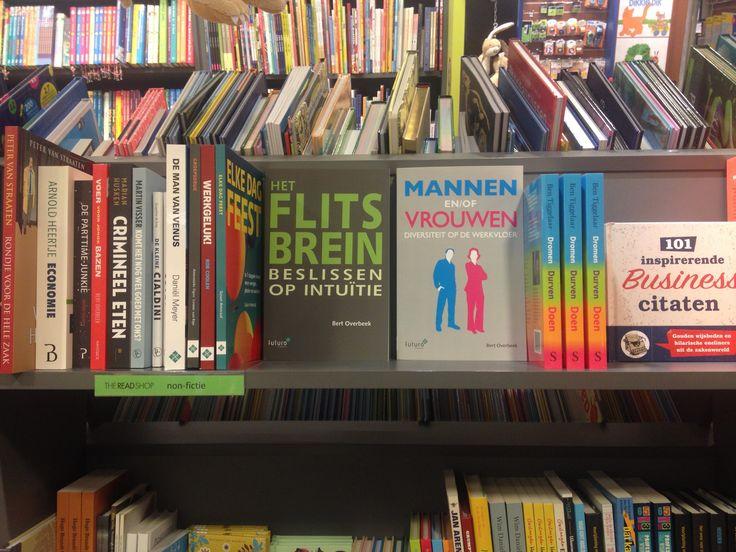 De boeken van Bert Overbeek: 'Mannen en/of Vrouwen' en 'Het Flitsbrein' staan mooi gepresenteerd in The Readshop in Doorn.  #mannenenofvrouwen #hetflitsbrein #bertoverbeek #readshop #futurouitgevers