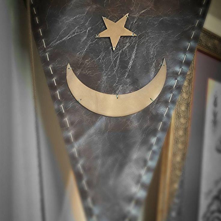 #deri #flama #bayrak #antik #tarih #deri #kayı #türk #ottoman #osmanlı #selçuklu #saraç #elişi #özel #seri #istanbul #nostalji #türkiye #harika http://turkrazzi.com/ipost/1521714943606774566/?code=BUeN63HFdsm