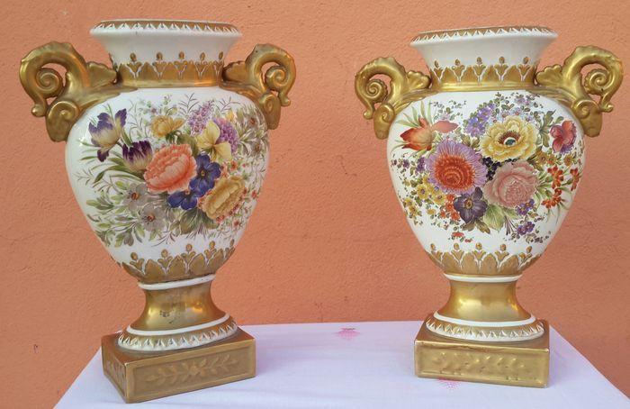 Coppia di vasi Impero con decoro floreale e oro zecchino