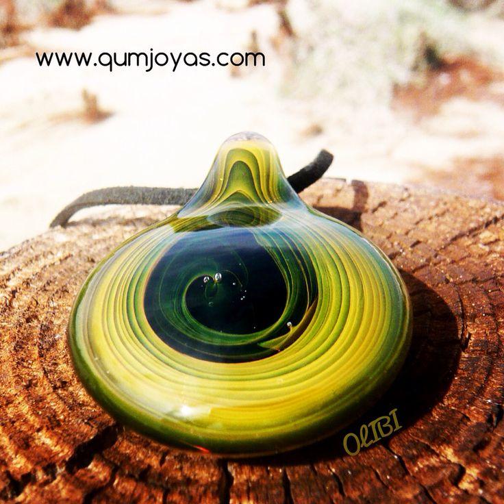OLIBI. Colgante de vidrio. Técnica fuming con oro qie provoca las líneas en espiral en tonos verde oliva . Joyería artesanal en vidrio soplado