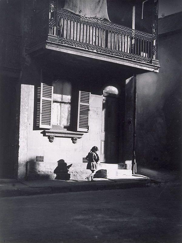 undr:  Harold Cazneaux  Surry Hills, child under veranda 1914